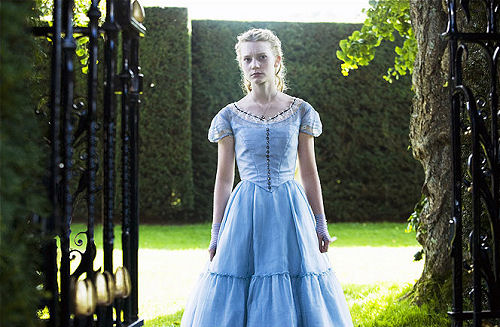 Mia Wasikowska, interpretando a protagonista da história